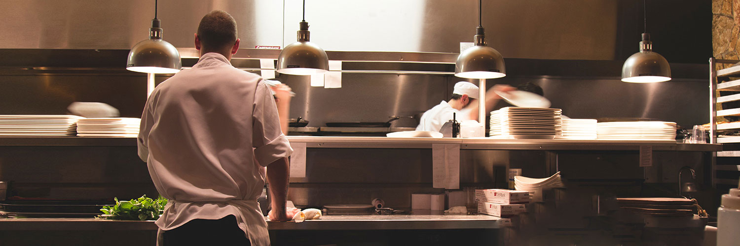 Do you know this secret tradition that allow you to have dinner in the kitchen of top restaurants?
