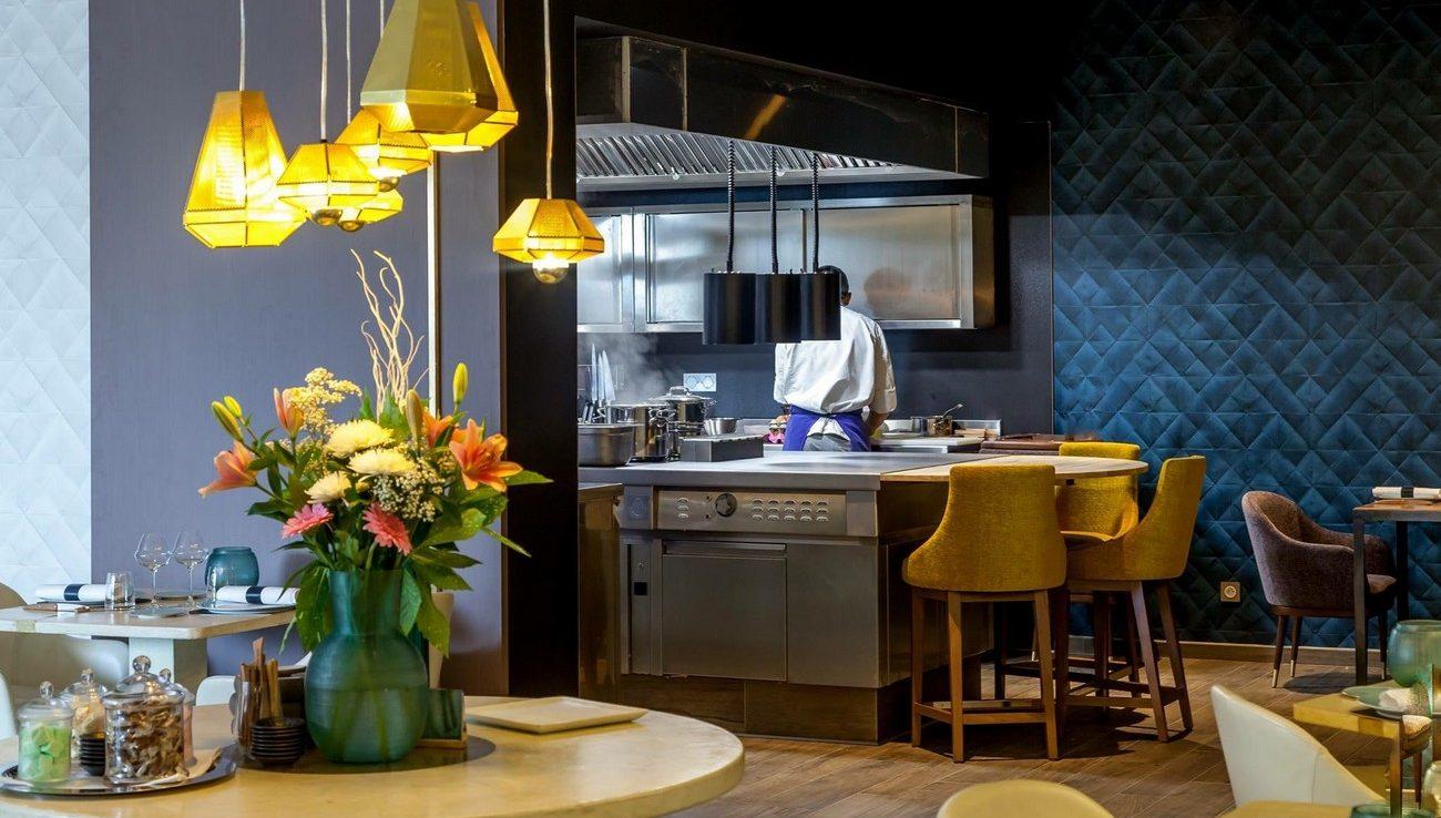 maison-a-cote-restaurant-table-chef