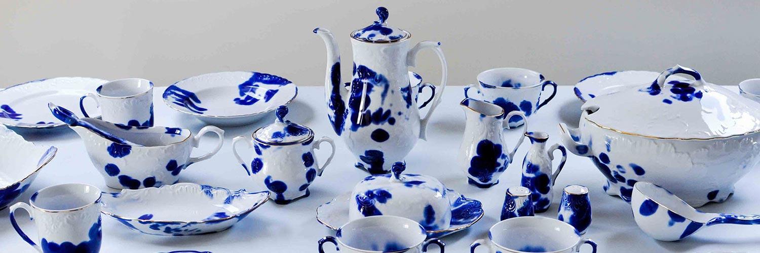 Cette magnifique vaisselle est décorée des empreintes de ses artisans